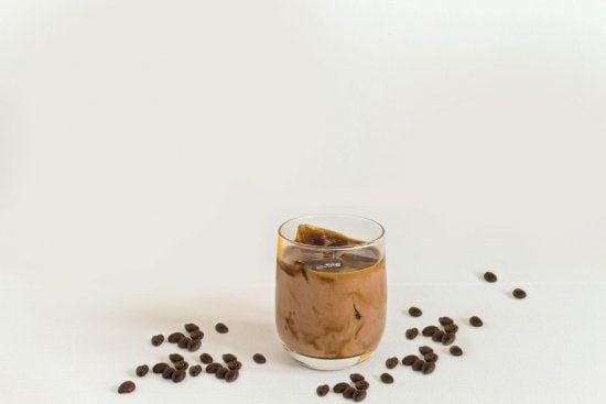 Eiskalter Chocomel-Kaffee